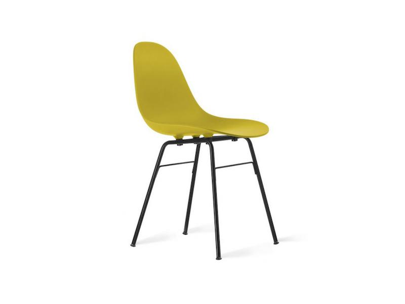 krzesło z musztardowym siedziskiem